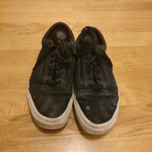 Snygga vans old school skor i svart mocka, använt skick men har mycket kvar att ge! Strl. 38, US W 7,5, 24cm.  Säljes pga jag har överflöd av skor som ej används och tycker de förtjänar en bättre ägare.  130kr, inkl. Frakt ☺️