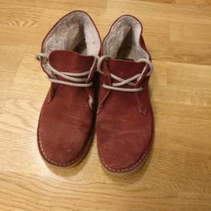Unika skor från märket Coolway i mocka. Skulle säga att de är strl. 38, 24cm. Använda men i mycket fint skick! 300kr inkl. Frakt.