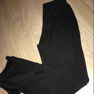 Byxor med slits på sidan ifrån Nelly.com. Storlek XS. Sitter super snyggt på men har tyvärr blivit för små för mig