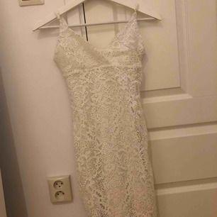 En kort klänning från Gina tricot. Använd 2 gånger. Kan mötas upp i stockholm eller postas. Då står köparen för frakten.