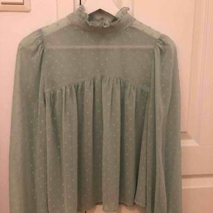 Mellan genomskinlig blus från Gina tricot. Kan mötas upp i Stockholm eller postas. Då står köparen för frakten