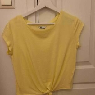 T-shirt från Cubus med knytning. Kan mötas upp i Stockholm eller postas. Då står köparen för frakten.