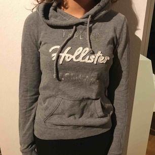 Snygg hoodie från Hollister, sparsamt använd. Snarare som en storlek S