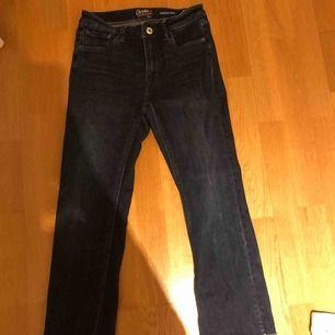 Stretchiga Crocker jeans med slitningar som slutar vid mitten av vaderna på mig som är 161 cm. Kan mötas upp i stockholm eller postas. Då står köparen för frakten
