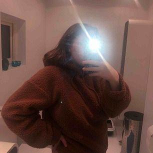 Svin cool teddy hoodie! Väldigt skön o gosig men samtidigt ett statement plagg!  Frakt tillkommer Pris kan alltid diskuteras dock