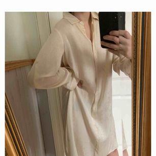 Skjortklänning i diskret mönster från Filippa K. I nyskick, endast använd 2 gånger. Frakt tillkommer 💫