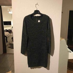 Stickad klänning från Vero Moda med långa ärmar! Verkligen supermysig i tyget