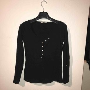 Långärmad svart tröja köpt i Paris! Sitter snyggt på! Fin i kvaliten