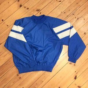 Snygg unisex retro tröja från Sportjohan (70/80-tal). Nyskick. Stl L. Från garderoben hos mamma och pappa. ❗️Se även ett set (byxa+jacka) i annan av mina annonser som matchar rätt bra.  Har Swish. Kan skickas. Rökfritt & Djurfritt hem.