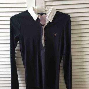 En mörkblå tröja från GANT i storlek XS