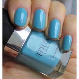 Ett uppfriskande mineral nagellack med en vacker färg i nyansen av Azurit ädelsten. Nagellacket ger vård till naglarna och långvarig. Ger ett hållbart och glänsande resultat. Använd endast en gång.  Märke: IDUN Minerals  Billigt billigt. Passa på!!!