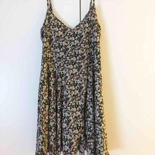 Blommig klänning köpt på Forever 21. Har tyvärr ingen storlekslapp men  skulle gissa på en e7922a7eb9674