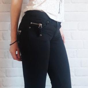 Svarta low rise jeans. Står W32 L34 i byxorna men jag är vanligen en W35 L32 och dessa är lite taighta på mig, (byxorna sitter på höfterna så är kanske inte helt ologiskt ändå😏  ). Ej stretch. Lätt slitning vid knapphålet. Riktiga fickor. Kan mötas upp i stockholm, annars 65+frakt.