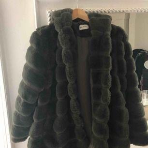 Säljer nu min jacka i fuskpäls, köpt i Frankrike. Väldigt fint skick, nypris 1500 börjar budgivningen på 500 kr! Finns i Gbg.