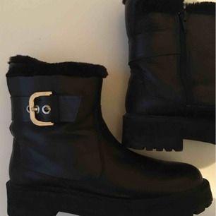 Mycket varma fodrade skor från Zara i Stl 37. Zip/kedja på innersidan.
