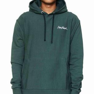 Säljer en helt ny hoodie från new black. Nyköpt och helt oanvänd.