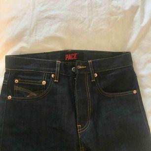 Ett par blå jeans med ljusare sömmar. Jeansen är i herr-modell och storlek. Skulle kunna passa tjejer också, men skulle kanske va lite tajt runt höfter och stuss. I perfekt skick och bra kvalité! Priset inkluderar frakt!!