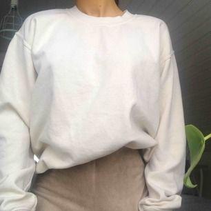 Mysig sweatshirt från Brandy Melville i gräddvit färg (drar åt det gula hållet). One size men sitter fint over sized på mig som är en XS/S. DM vid frågor! (Du betalar frakt) 🌻