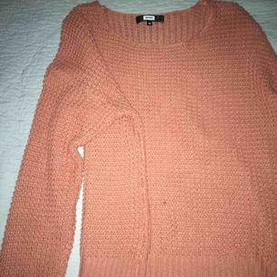 Jättefin stickad tröja. Färgen är orange. Köpt på bik bok, använd några gånger. jättefin och mysig. Skriv för mer info om tröjan😊frakt kan diskuteras eller mötas upp i Blekinge.