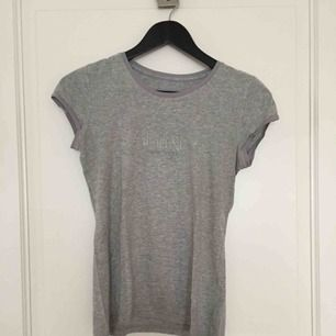 Ljusgrå T-shirt från Calvin Klein, fint skick!