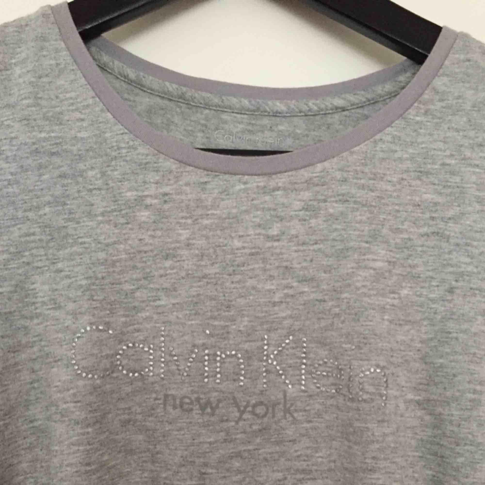 Ljusgrå T-shirt från Calvin Klein, fint skick!. T-shirts.