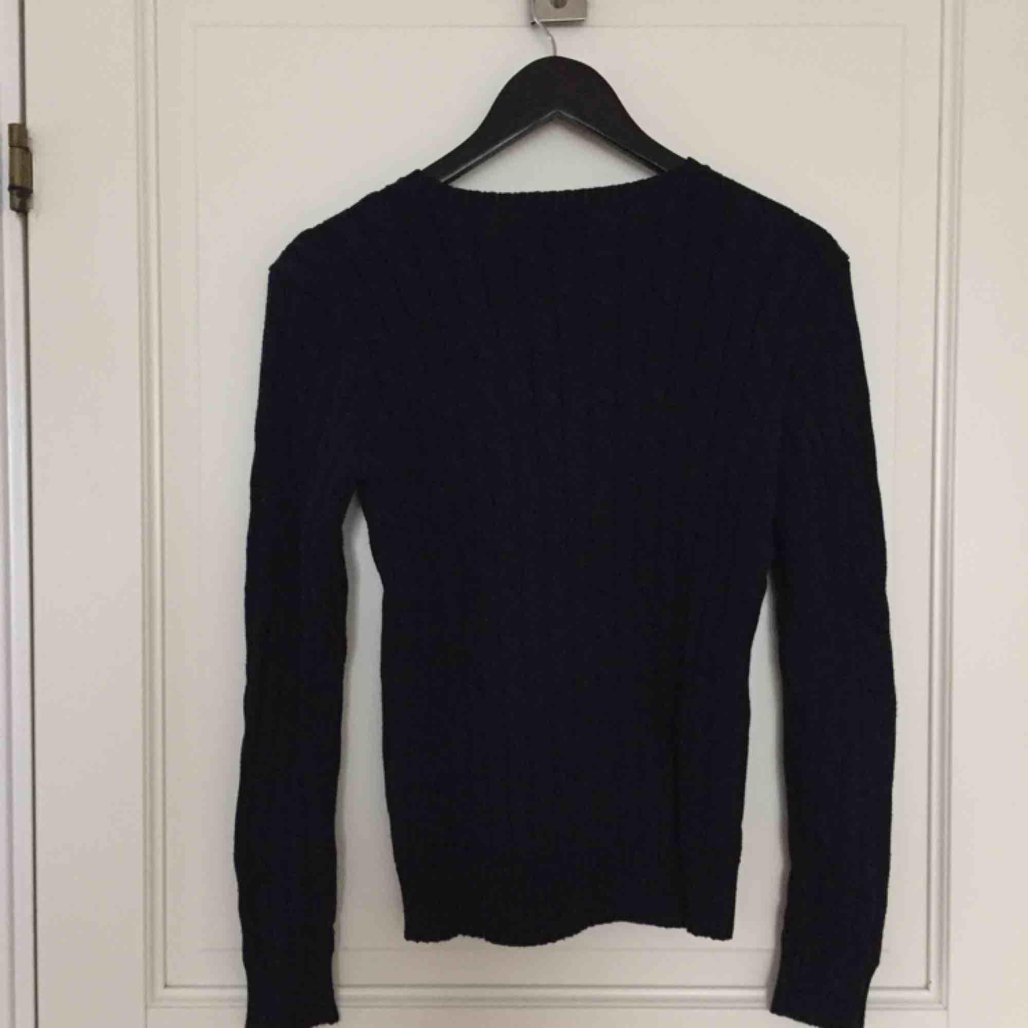 Marinblå stickad tröja från Ralph Lauren, knappt använd! . Stickat.