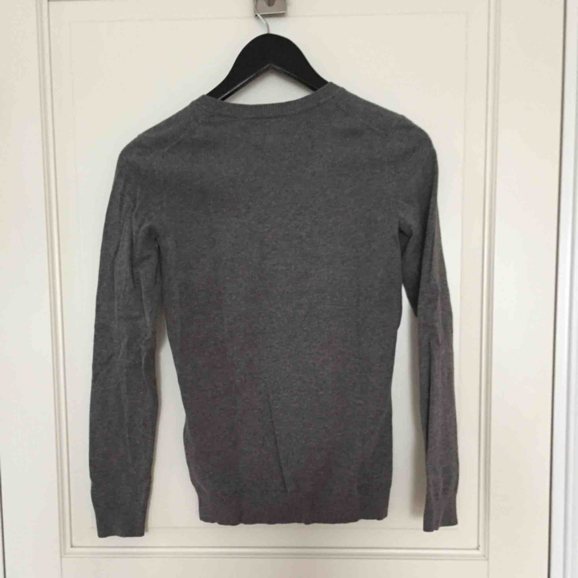 Grå tröja från Tommy Hilfiger, knappt använd! . Stickat.