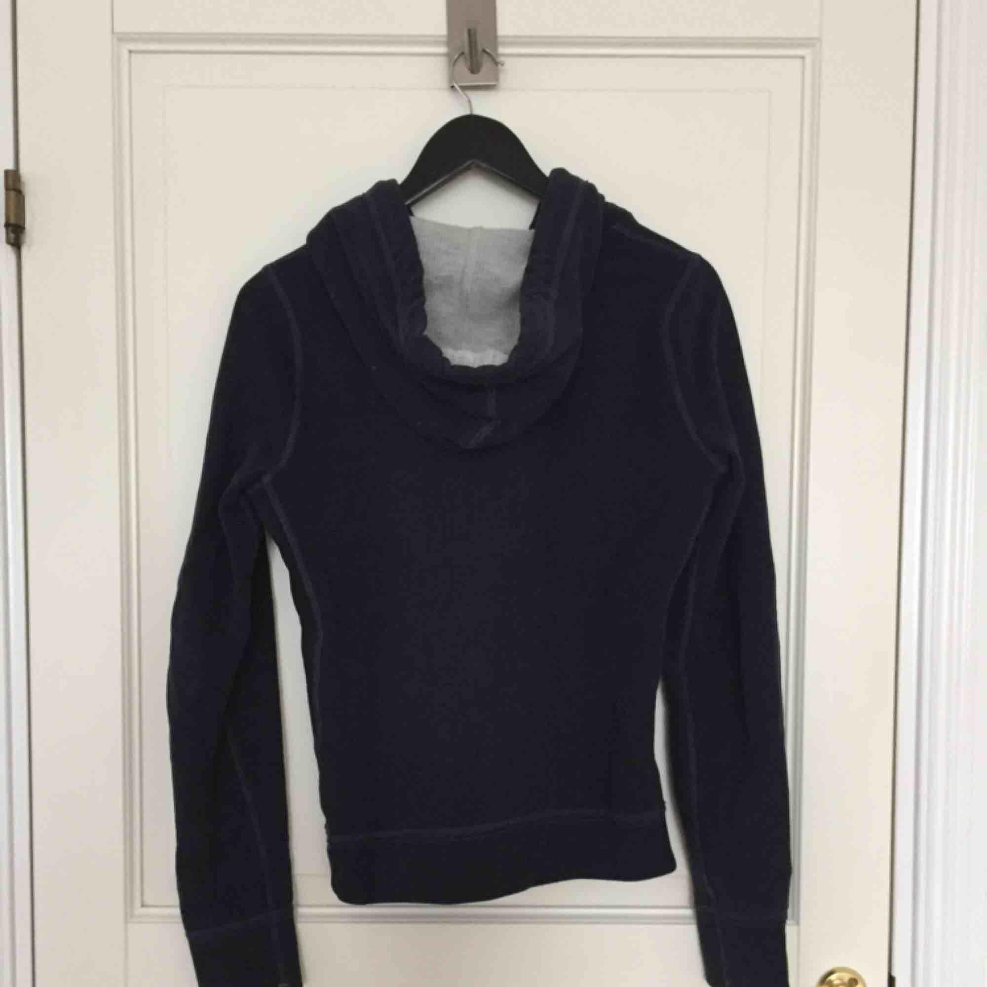 Marinblå hoodie från Abercrombie, i princip oanvänd! . Huvtröjor & Träningströjor.