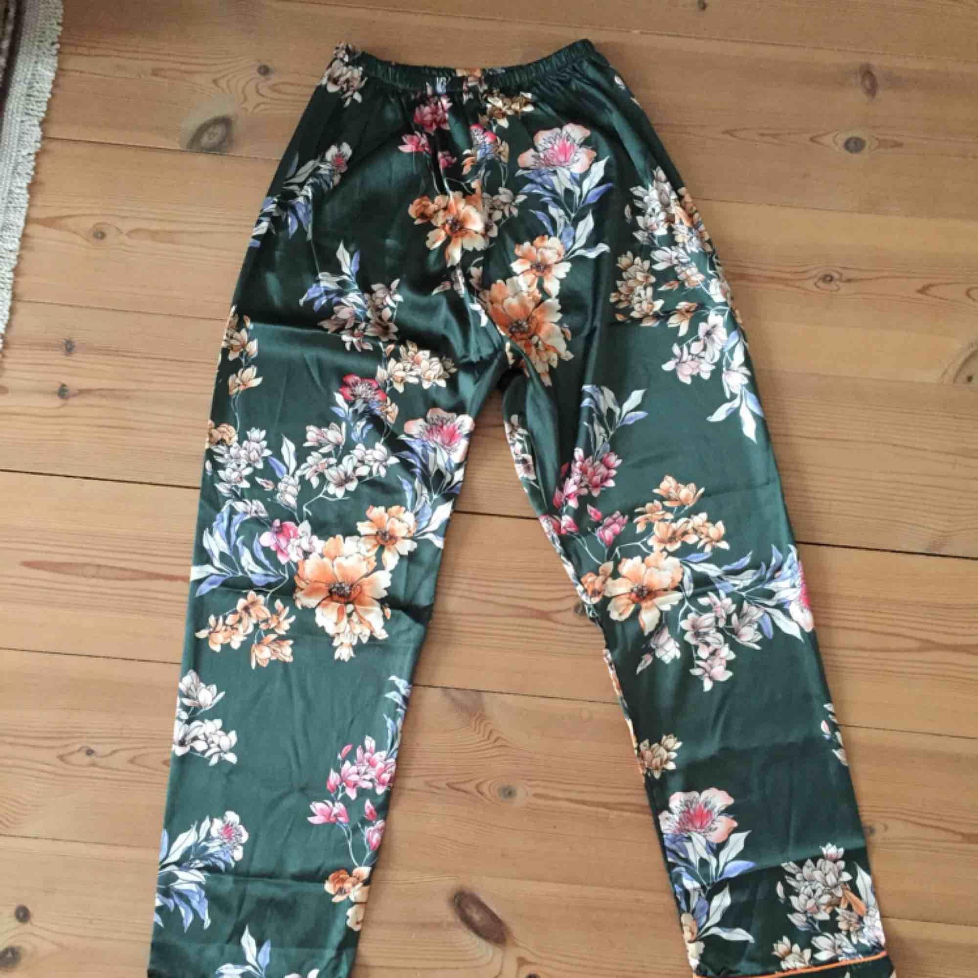 Mönstrade pyjamasbyxor, aldrig använda pga för små. Står att det är storlek L men är snarare XS! . Jeans & Byxor.