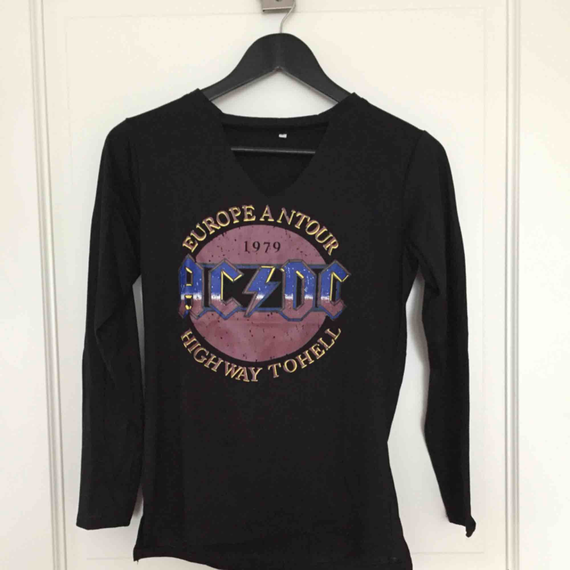 Långärmad tröja, aldrig använd! . T-shirts.