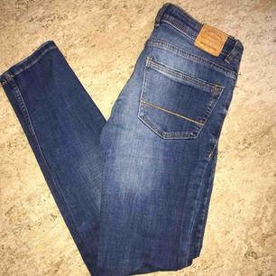 Korta tajta jeans som är lågmidjade i strl 32 från mango. Fint skick. Betalning via swish, köparen står för frakt. Pris kan diskuteras.