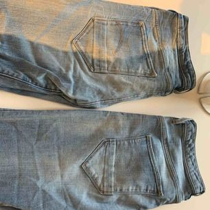 Två stycken gstar jeans i använd men fint skick. Sitter jättefint på men kan inte ta en bild då dem inte längre passar mig.