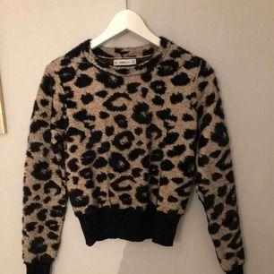 Säljer denna fina tröjan, i jätte bra kvalité och super skön! Nyligen köpt och aldrig använd. Från zara köpt för 399.