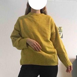 Gul stickad tröja från weekday, modellen heter direct. Kan mötas upp i Stockholm 👋