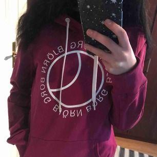Björn Borg tröja jag köpte för ett tag sen men aldrig Har använt. Den är som ny! Är storleken L på den men tycker den sitter som S/M🌸 ge bud!