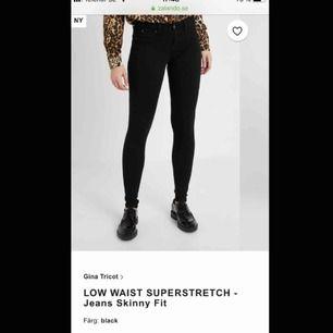 Low/ mid waist, stretchiga svarta jeans från Gina tricot. Använda väldigt lite därför lågt pris. Köpta för 299 kr. Fraktpris tillkommer. Väldigt små i storleken! Köpte L men brukar ha M på jeans annars och ibland till o med S på byxor :))