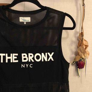"Cool svart ""Bronx"" tröja med transparent svart tyg  Hyfsat stor i storleken🍀"
