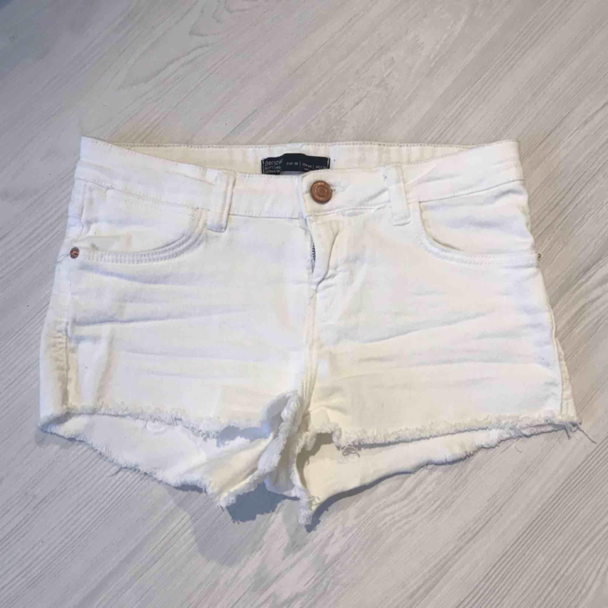 Vita korta stretchiga shorts från Bershka i storlek 36. De är knappt använda så väldigt fint skick!  Frakt på 40 kr tillkommer. Shorts.
