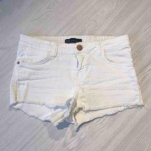 Vita korta stretchiga shorts från Bershka i storlek 36. De är knappt använda så väldigt fint skick!  Frakt på 40 kr tillkommer