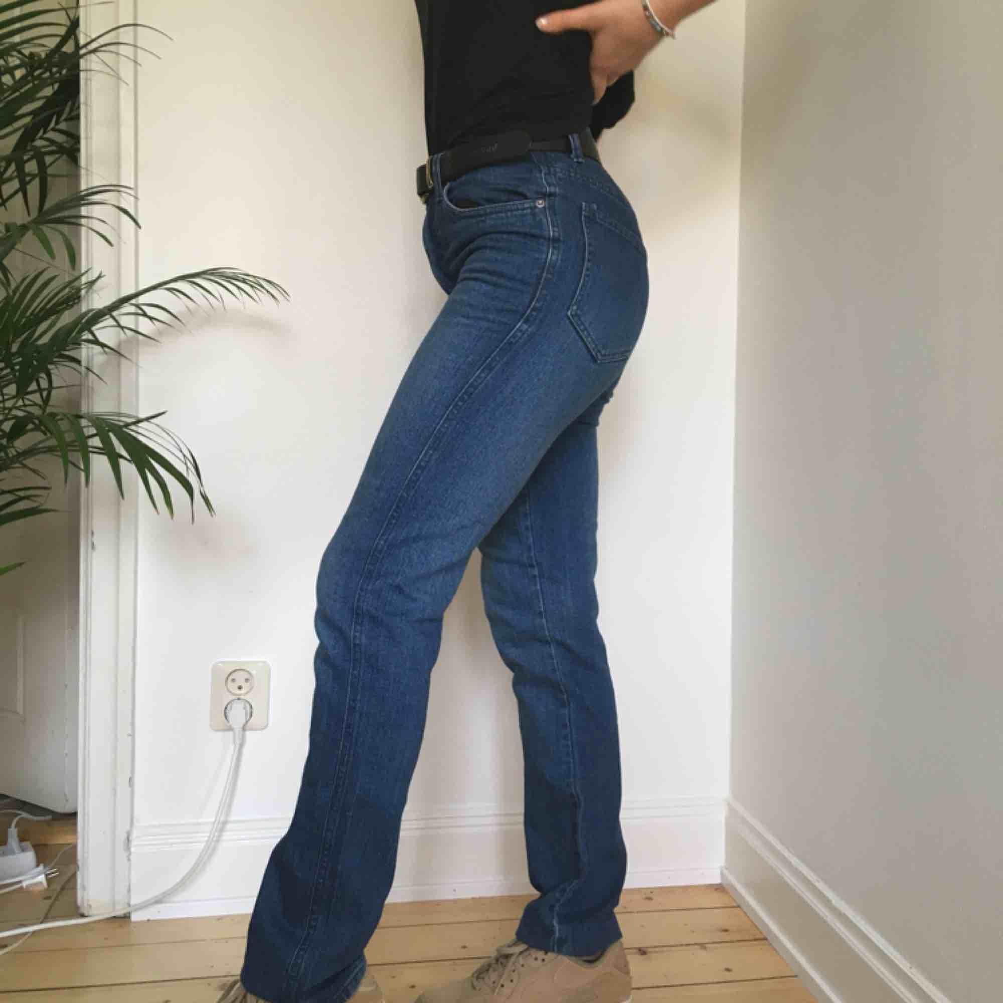 Ett par högmidjade byxor från cheap monday! Vi möts gärna upp i Stockholm men om frakt betalar köparen det.. Jeans & Byxor.