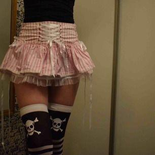 Jättesöt kjol från Hell Bunny  Märkt som medium men kan funka på mindre storlekar också då man kan snöra den på flera ställen (modellen är ca XS, funkar även på mig som har medium)    Säljer även strumporna för 25