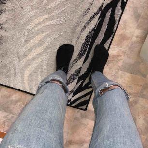 Ger gratis frakt på denna jeans! Jättefina och skit snygga asså jätte snygga när man har på sig dom. Om man köper denna så får man 2 scrunches som ni ser eller va det heter haha med gratis. STORLEK: 26/XS/S❤️