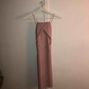 Jättefin klänning från Nelly.com, aldrig använd då jag inte fått tillfälle att ha den. Rökfritt och djurfritt hem💕(köparen står för frakt om man ej kan mötas upp)