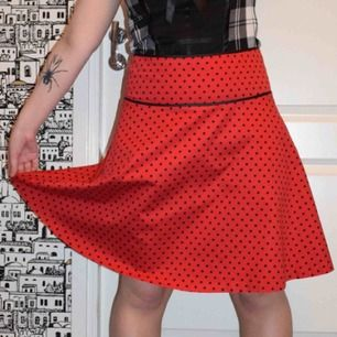 Prickig röd kjol köpt på second hand 💃🏻 Märkt som XS men sitter som bäst på en M - L
