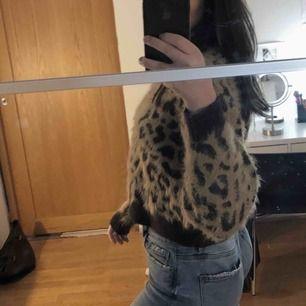 Säljer denna trendiga leopardtröja från H&M som varit en favorit men som tyvärr inte kommer till användning längre ⭐️🐆✨☁️