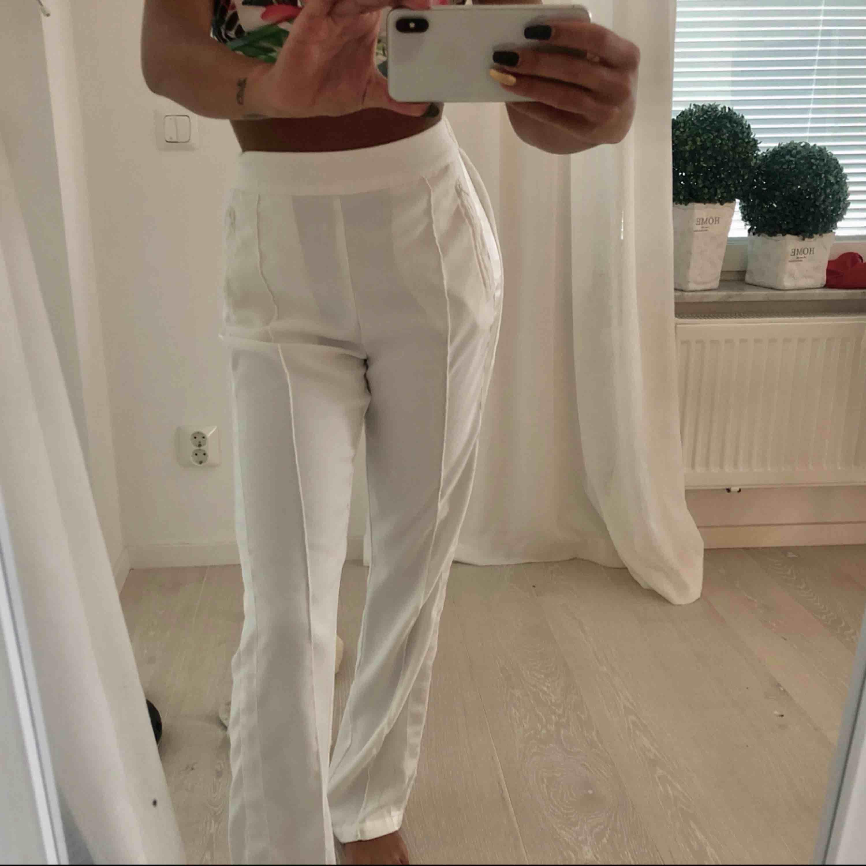 Vita kostym byxor från bikbok strl XS endast använda på bild . Jeans & Byxor.
