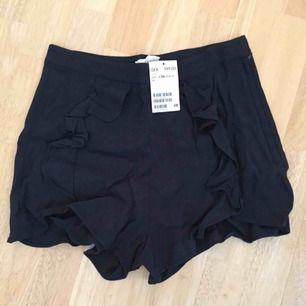 Marinblå shorts med lappen kvar från H&M.