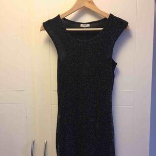 Knälång klänning som är helt ny! Lappen kvar! Köparen betalar frakten!