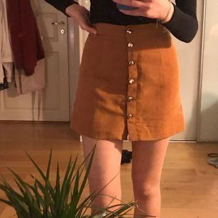 Snygg ljusbrun mockaimiterad kjol från H&M✨✨! Sparsamt använd, nyskick:)) säljer pga för liten. Kan mötas upp i Stockholm eller så står köparen för frakten