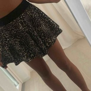 Leopard mönstrad kjol från Nelly.com strl S